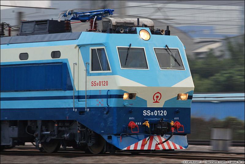 2014年11月18日。深圳平湖南站。崭新的SS8-0120牵引K1232次,深圳东-南宁北上。(IMG-0852-141118)