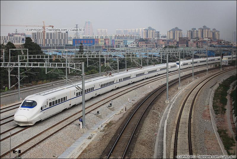 2014年11月22日。广东佛山南海。下午,一组贵广高铁的重联CRH2A驶出三眼桥车站。图中高铁四线中,中间两线为贵广高铁,两侧为南广高铁。(IMG-0941-141122)