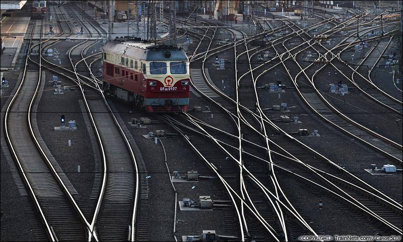2014年9月19日。DF4D穿行于哈尔滨站北侧道岔群中。(IMG-1918-140919)