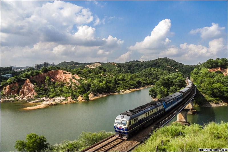 2014年8月15日。广东深圳。DF11牵引K255次通过平南铁路托坑水库。