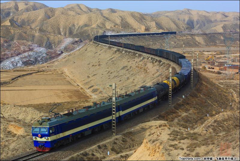2014年3月2日。甘肃白银,包兰线白银西 - 红砂岘区间,SS3B牵引货车通过。