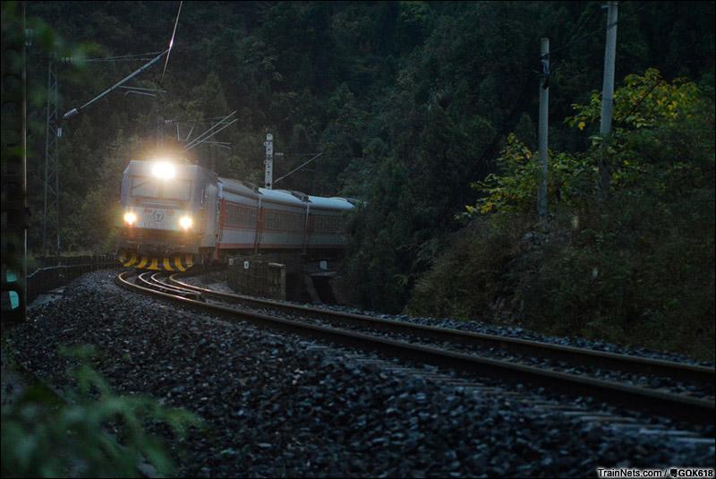 2014年11月1日,西沪昆线凯里境内,大灯全开的HXD3C牵引客车通过弯桥。