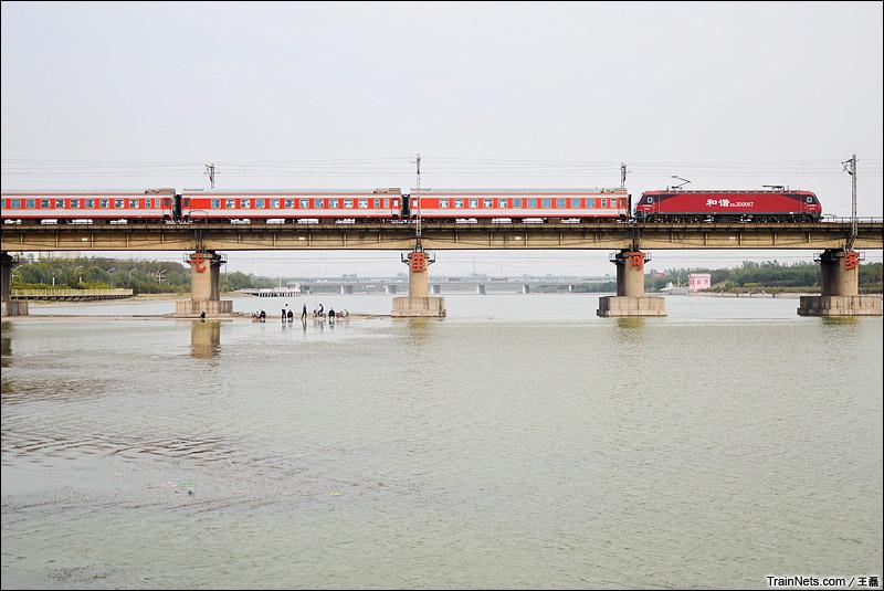 2014年10月18日。京广线邢台七里河大桥,K21次,北京西-桂林通过。