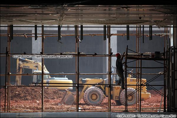 2015年10月30日。深圳福田。广深港高铁福田站,地下一层大厅。的士站、公交站场仍在施工。(IMG-0007-151030)