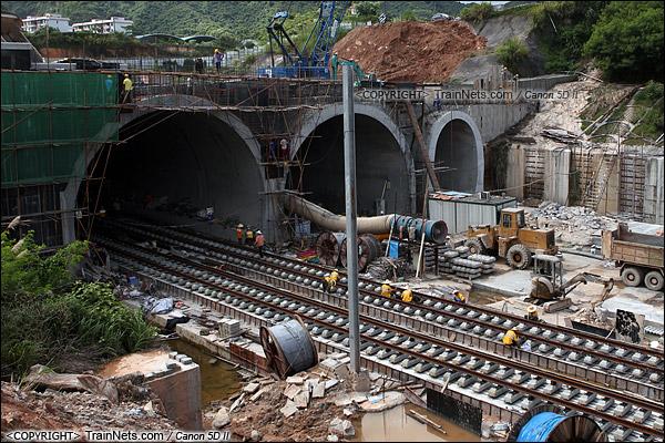 2013年8月8日。深圳龙华。益田路隧道北出口,左洞为厦深线,中洞为广深港线。(IMG-0010-130808)