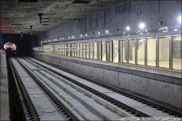 2015年10月30日。深圳福田。广深港高铁福田站,地下三层,站台层。正线,香港方向。可见屏蔽门设计往后退了,确保列车直通时的安全。(IMG-0166-151030)