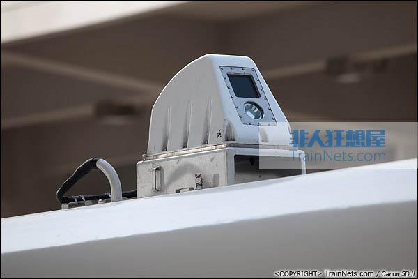 2013年12月28日。运行于厦深铁路的南昌局CRH2A统型车。受电弓前方新增监控摄像头,通过不断拍照检测受电弓状态。(IMG-6887-131228)