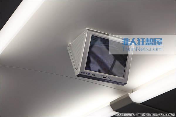 2013年12月28日。运行于厦深铁路的南昌局CRH2A统型车。二等车,车内电视机。(IMG-6897-131228)