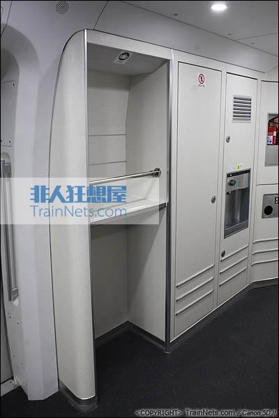 2013年12月28日。运行于厦深铁路的南昌局CRH2A统型车。大件行李架。(IMG-6919-131228)