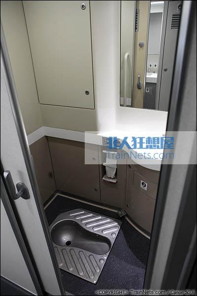 2013年12月28日。运行于厦深铁路的南昌局CRH2A统型车。卫生间,蹲厕。(IMG-6928-131228)