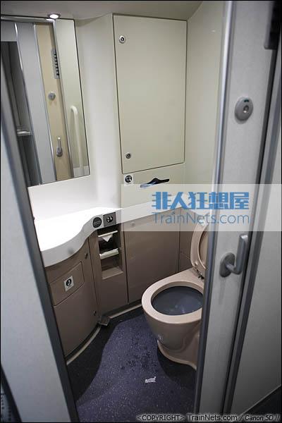 2013年12月28日。运行于厦深铁路的南昌局CRH2A统型车。卫生间,坐厕。(IMG-6938-131228)