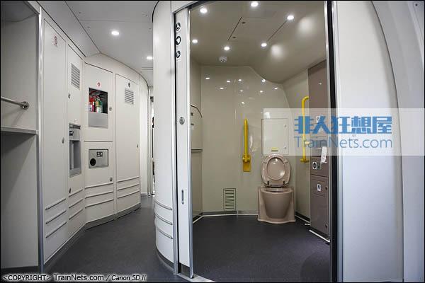 2013年12月28日。运行于厦深铁路的南昌局CRH2A统型车。残疾人卫生间。(IMG-6971-131228)