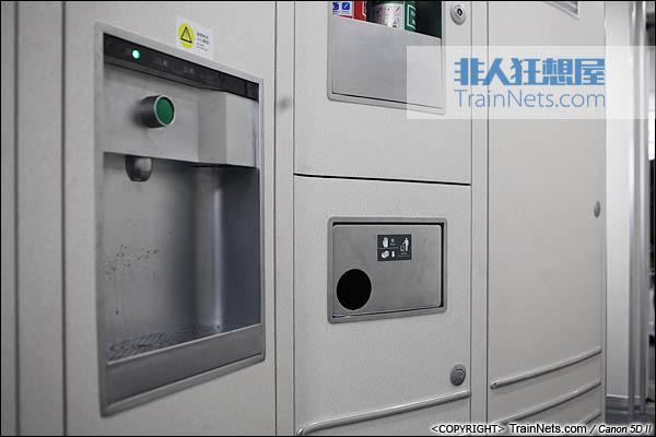 2013年12月28日。运行于厦深铁路的南昌局CRH2A统型车。饮水机。(IMG-6975-131228)