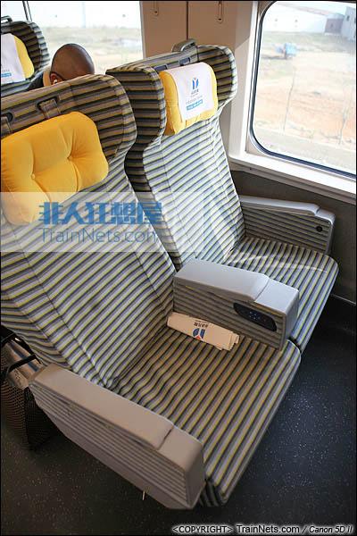 2013年12月28日。运行于厦深铁路的南昌局CRH2A统型车。一等车,座椅。(IMG-6986-131228)