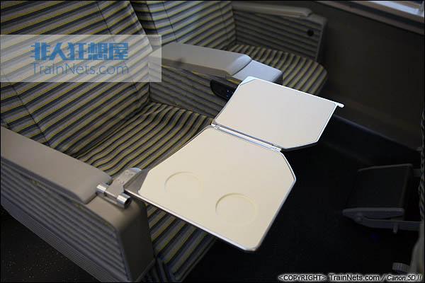 2013年12月28日。运行于厦深铁路的南昌局CRH2A统型车。一等车,折叠小桌板。(IMG-6998-131228)