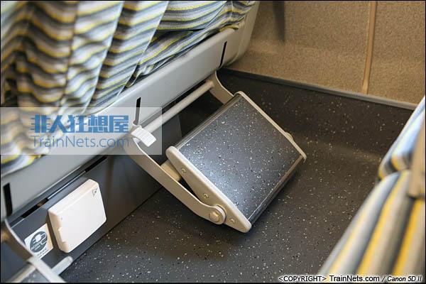 2013年12月28日。运行于厦深铁路的南昌局CRH2A统型车。一等车,脚踏板。(IMG-7007-131228)
