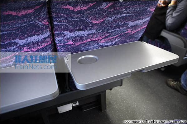 2013年12月28日。运行于厦深铁路的南昌局CRH2A统型车。二等车,折叠小桌板。(IMG-7018-131228)