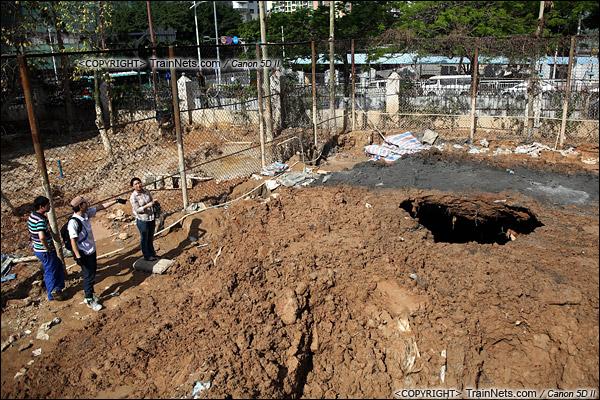 2011年5月10日。早上8点,深圳中康小区。日前发生过塌方正在加固的地方,再次出现塌方,形成一个很深的大洞。(IMG-8562-110510)