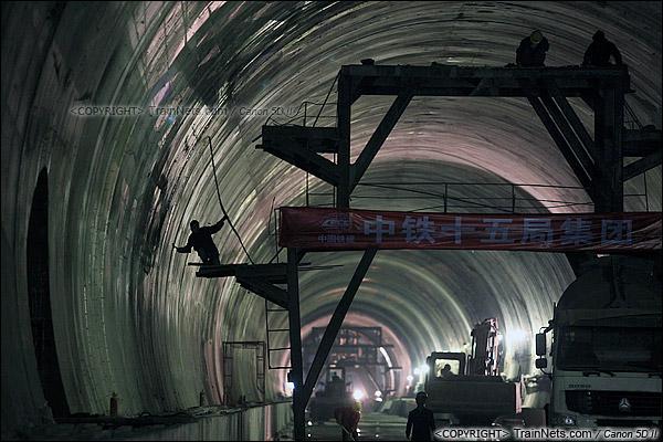 2014年12月29日。深圳福田站北侧的益田路隧道,工人正在整修隧道壁。(IMG-9562-141229)