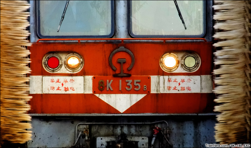 2014年9月30日。北京丰台西电力机务段整备场咽喉。刚拉货回来的8K-135号机车在回段时洗车。