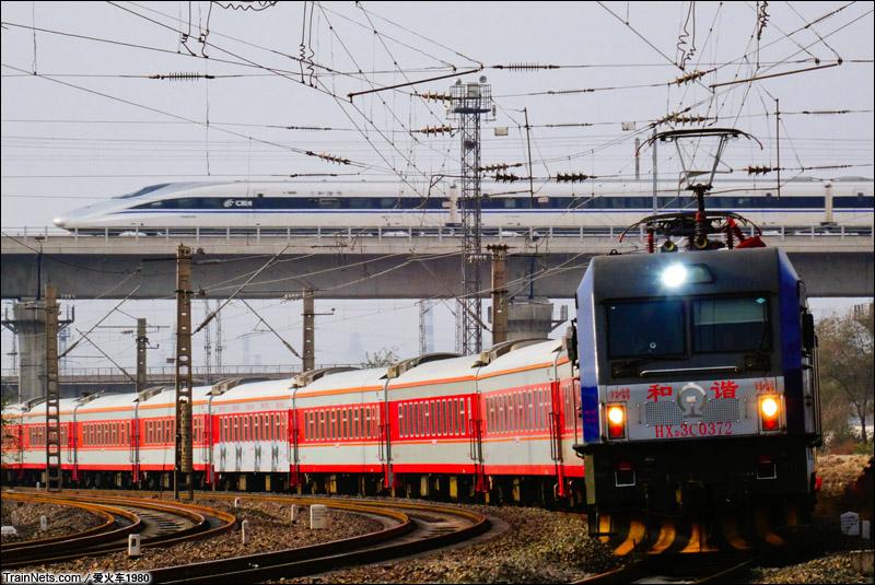 2014年11月10日。北京市石景山南站。K616次(大同-北京)行驶在丰沙线上,身后京广高铁的CRH380A动车在此交会。
