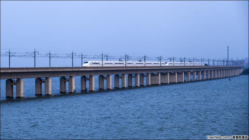 2014年11月2日。江苏省苏州市。重联CRH2列车行驶在京沪高铁丹昆特大桥阳澄湖段。