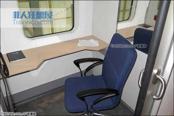 2015年8月。长沙。正在沪昆高铁试验的CRH1A新型动车组。餐车。机械师室。(图/广铁德段)