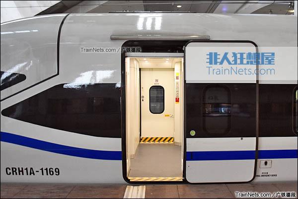 2016年2月。广珠城际铁路。新一代CRH1A型动车组(Zefiro)。车门。(图/广铁德段)