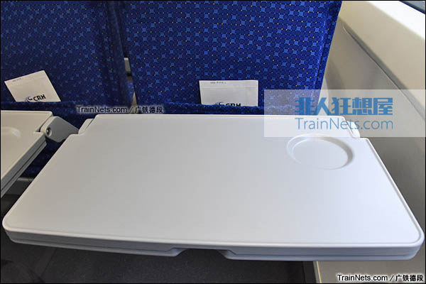 2016年2月。广珠城际铁路。新一代CRH1A型动车组(Zefiro)。二等座。折叠桌。(图/广铁德段)