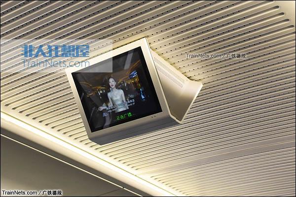 2016年2月。广珠城际铁路。新一代CRH1A型动车组(Zefiro)。客室LCD电视。(图/广铁德段)