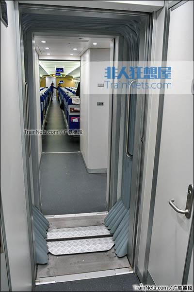 2016年2月。广珠城际铁路。新一代CRH1A型动车组(Zefiro)。车厢连接处。(图/广铁德段)
