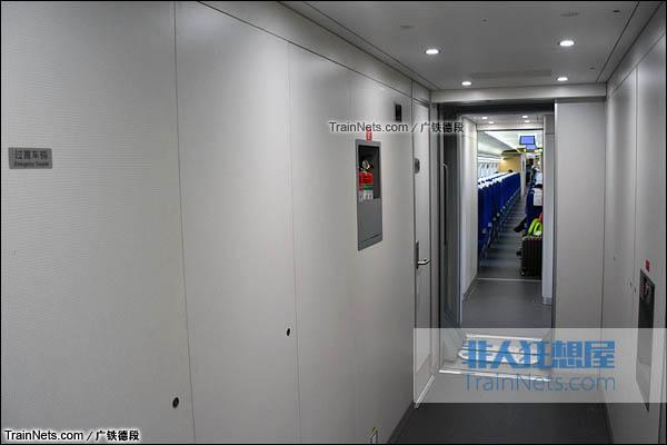 2016年2月。广珠城际铁路。新一代CRH1A型动车组(Zefiro)。二等座客室,过道的大型储物间。(图/广铁德段)