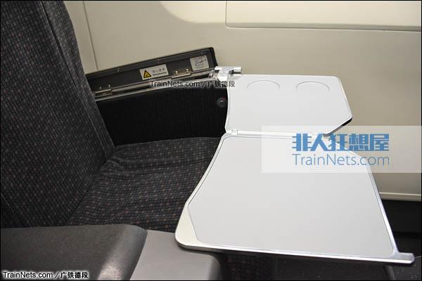 2016年2月。广珠城际铁路。新一代CRH1A型动车组(Zefiro)。一等座,隐藏式小桌板。(图/广铁德段)