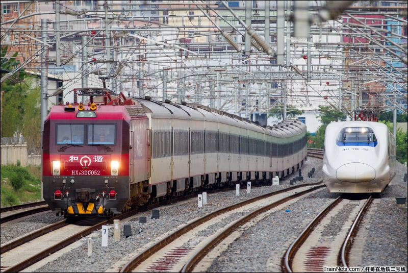 2014年7月6日,南宁东至南宁四线区间。T285次(北京西-南宁)与南梧动车并行驶向南宁站。