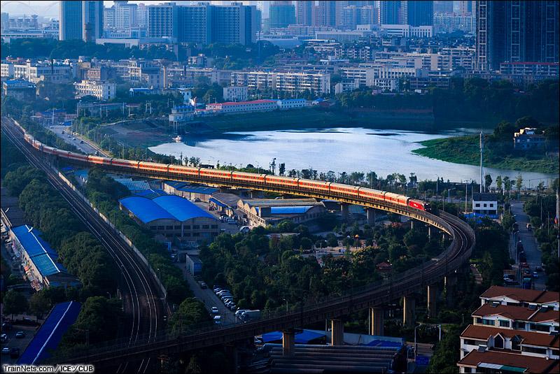 2014年8月。京广线。湖南长沙。K471次列车通过丝茅冲站,进入长沙站下行联络线。