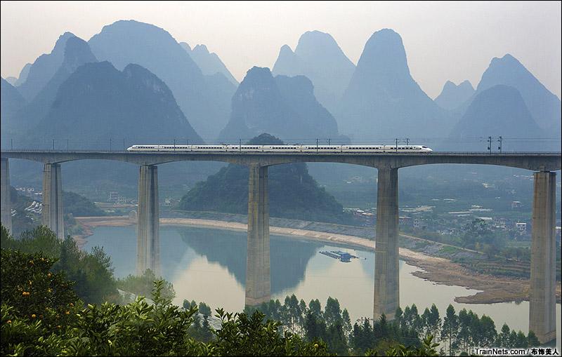 2014年11月20日。广西桂林。CRH2A型动车组通过贵广铁路阳朔至钟山西间的幸福源大桥。