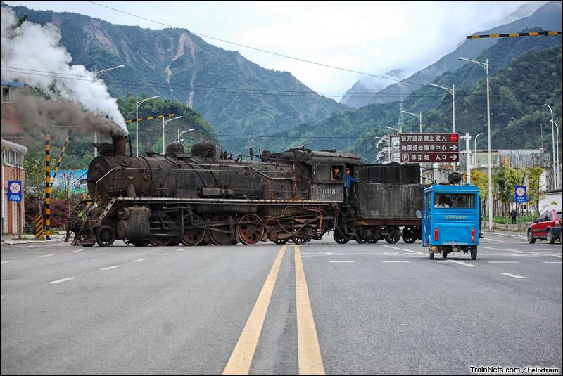 2013年4月15日。四川汉旺。汉旺磷肥厂的上游蒸汽机车通过道口。