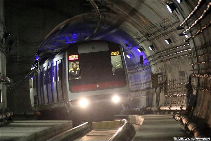 2014年12月28日。香港地铁西港岛线开通。一列地铁从香港大学站开来坚尼地城站。
