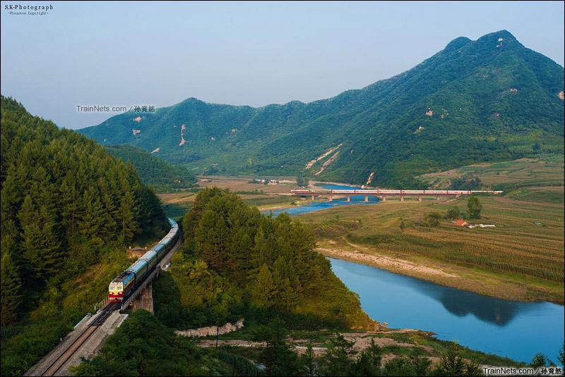 2015年9月3日。沈丹线。丹东市刘家河。两列客车行驶在沈丹线上。(图/孙竞然)