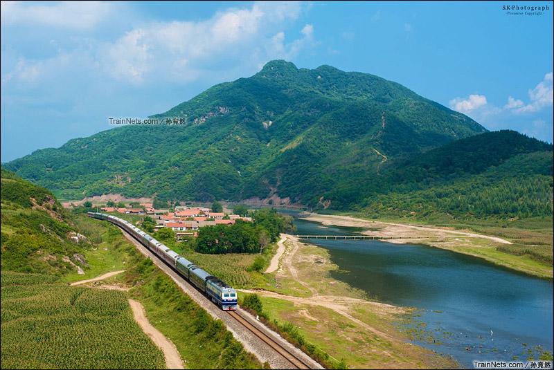 2015年9月3日。沈丹线。丹东市刘家河。DF11牵引客车通过。(图/孙竞然)
