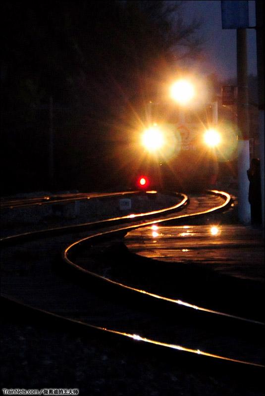 2014年9月27日。黑龙江省南乌线(南岔-乌伊岭)。汤旺河车站,东风4型内燃机车牵引普客6967次列车进站