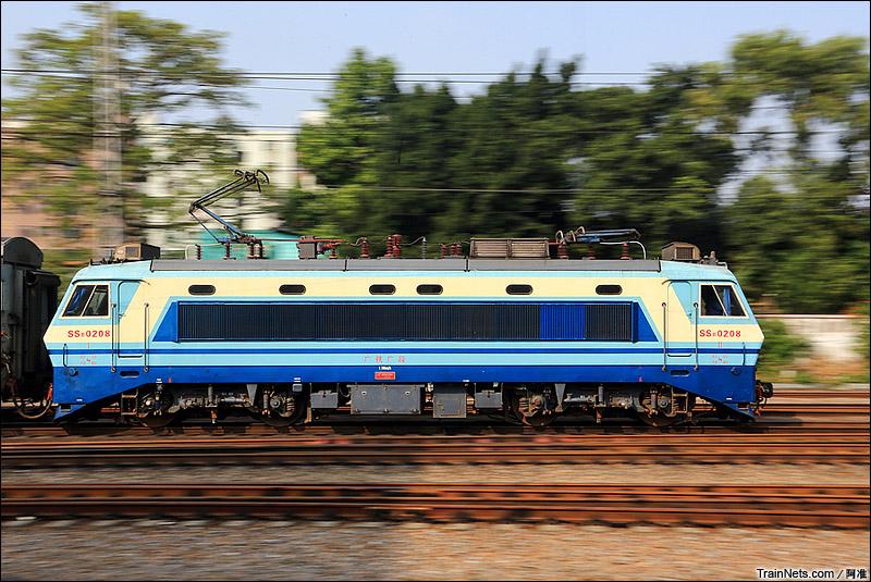 2014年10月19日。京广线。广州棠溪,SS8-0208牵引客车北上。