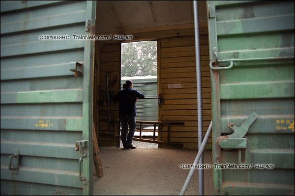 2007年2月,春运期间改用棚车的通勤车停靠在广州西站。一位乘务员站在门边等待开车。(A7234)