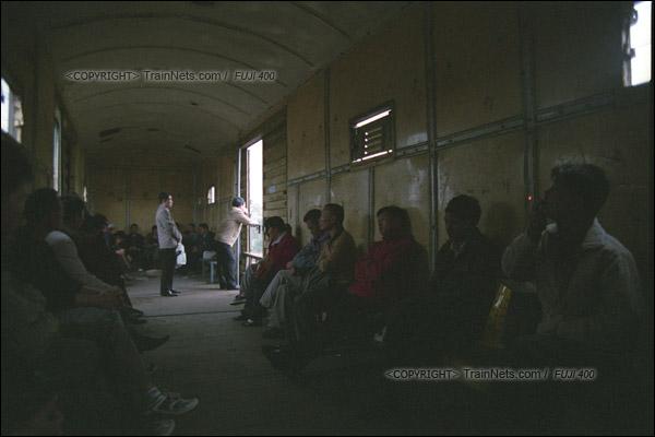 2007年2月,广州。清晨,不少沿线的居民搭乘开往广州江高镇的棚车通勤列车。车内只有简易座椅。(A7427)
