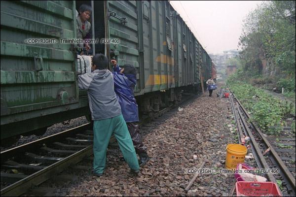 2007年2月,广州江高镇。清晨,开往广州的棚车通勤列车停在一个临时车站。来广州做生意的菜农从车上卸货。(A7432)