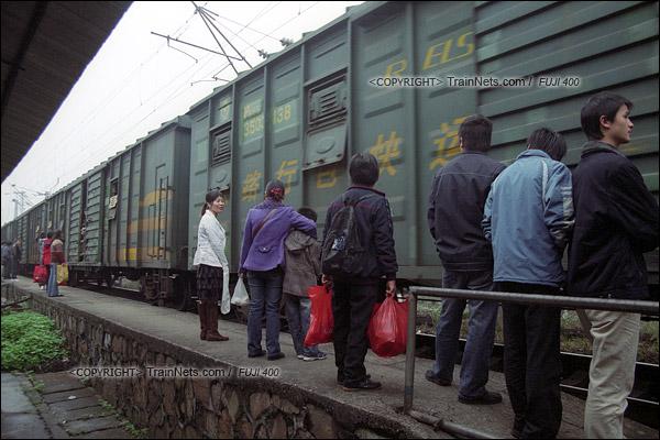 2007年2月,广州江高镇。清晨,开往广州的棚车通勤列车进站。(A7508)