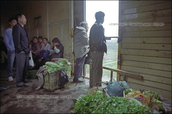 2007年2月,广州江高镇。清晨,开往广州的棚车通勤列车在京广线上飞驰,车里已经堆满了运去广州出售的蔬菜。(A7522)