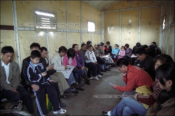 2007年2月,广州。清晨,不少沿线的居民搭乘开往广州市区的棚车通勤列车。车内只有简易座椅。(A7523)