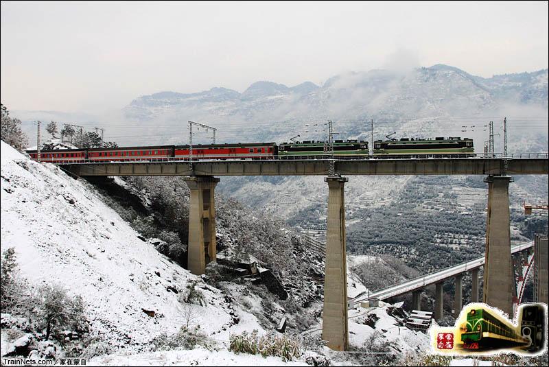 2011年1月。双机SS3牵引客车通过南盘江大桥。
