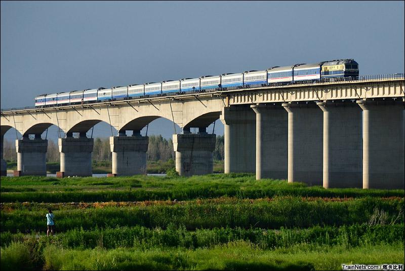 2014年6月19日,哈尔滨王万铁路松花江大桥,T5006次,齐齐哈尔-哈尔滨。